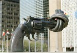 Non-Violence-Skulptur vor dem UN-Hauptquartier in New York